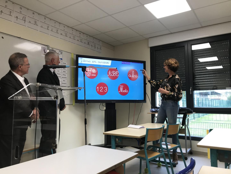 Des écrans numériques interactifs à la rentrée dans les écoles