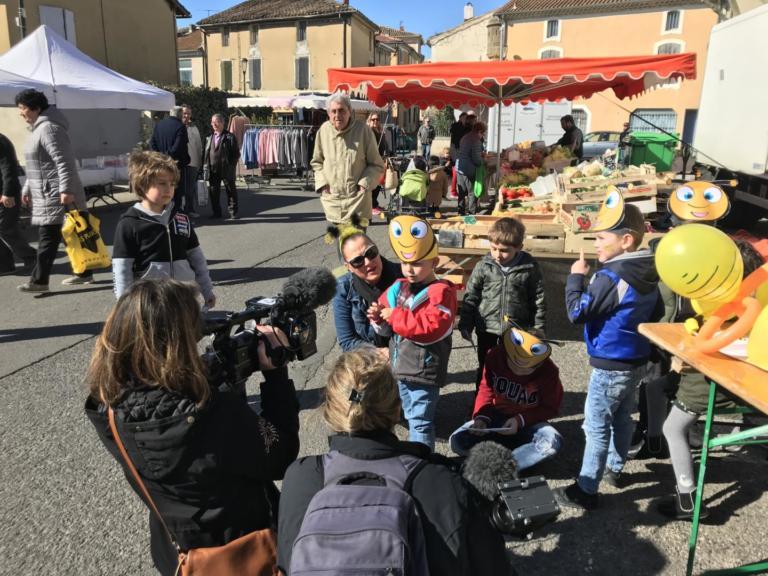 La commune lance l'opération « Aidons nos abeilles » en distribuant des sachets de fleurs mellifères