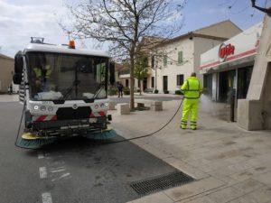 La commune procède à une opération désinfection des rues et du mobilier urbain
