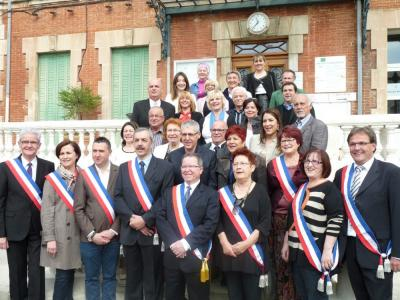 photo des Elus devant la Mairie
